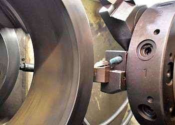 Usinagem de peças em torno mecânico